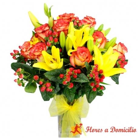 Florero de 12 Rosas Circus + Liliums Amarillos + Hipéricos