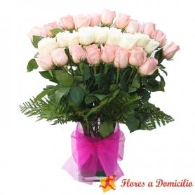 Florero de 30 rosas mix blancas y rosadas en abanico