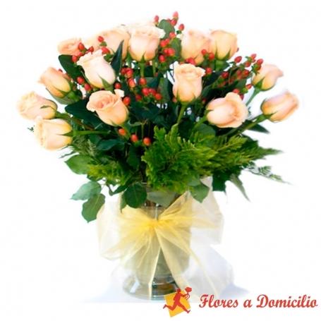 Florero de 24 Rosas Damasco más Hipéricos