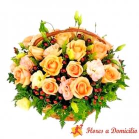 Cesta de Rosas y Lisianthus en tonos damasco más Hipéricos