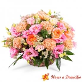 Cesta de flores mediana con Lisianthus rosados y rosas color damasco más Hipéricos