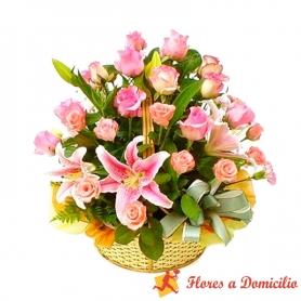 Canastillo grande con 24 rosas y 10 Limiums color Rosado