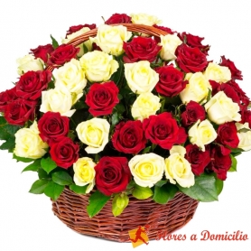 Canastillo Grande redondo con 50 Rosas Blancas y Rojas