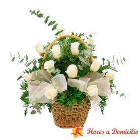 Canastillo Pequeño con 12 Rosas Blancas