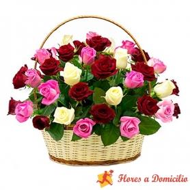 Canastillo Redondo Tricolor con 30 Rosas blancas y Rosadas