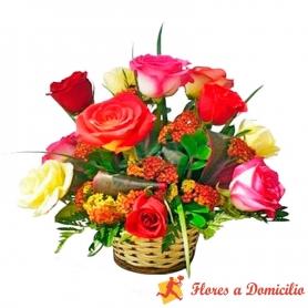 Canastillo Pequeño Con 12 Rosas y Flores mix