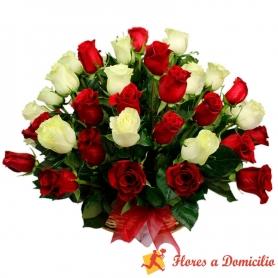 Canastillo Grande Con 40 Rosas Rojas y Blancas