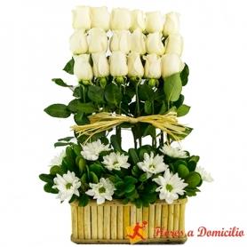 Canastillo para condolencias con 18 rosas blancas en formación