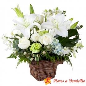 Canastillo de Condolencias Pequeño con Liliums y Rosas blancas