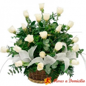 Canastillo Mediano para Condolencias con 24 rosas blancas