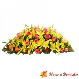 Arreglo de floral para condolencias en forma de ovalo con 40 rosas rosadas y 20 varas de Liliums Amarillos