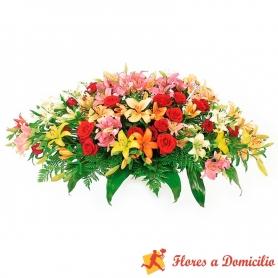 Arreglo de floral para condolencias en forma de ovalo con 24 rosas rojas y 20 varas de Liliums multicolores
