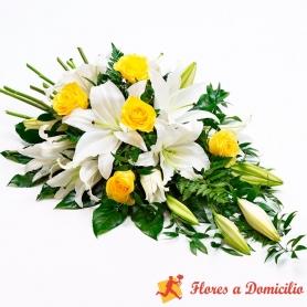 Cubre Urna de flores con 10 Liliums Blancos y 6 rosas amarillas
