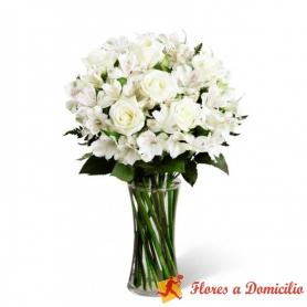 Florero de 8 rosas blancas más flores astromelias para condolencia
