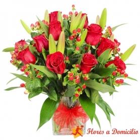 Florero de 12 Rosas rojas + Liliums Rojos más Hipericos