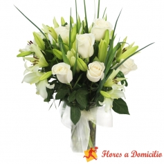 Florero de 12 Rosas blancas + 10 Liliums blanco Limón