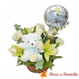 Cesta de Nacimiento Mediano con Rosas y Liliums Blancos más Peluche y Globo es un Niño