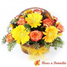 Canastillo Mediano de 12 Rosas Circus más Gerberas Amarillas