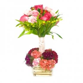 Canastillo con 12 rosas elevado más Flores Mix y Clavelinas