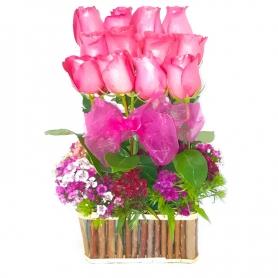 Canastillo con 12 rosas en Formación mas flores mix