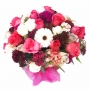 Canastillo con 24 rosas rosadas y fucsia mas flores primaverales