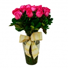 Florero con 12 rosas color fucsia