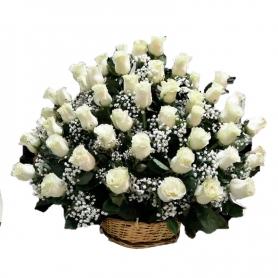 Arreglo para Condolencias con 50 Rosas Blancas Cesta Grande