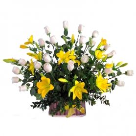 Canastillo Rosas Blancas y Liliums Amarillos