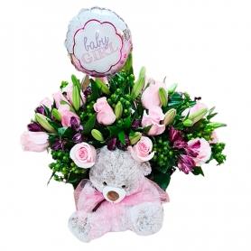 Cesta Para Nacimiento es una Niña con 12 rosas rosadas mas astromelias rosados flores mix más peluche y globo