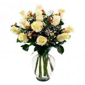 Florero 12 Rosas Blancas + Hipericos Rojos