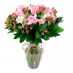 Florero 12 Rosas Rosadas + Hipericos Rojos + Eucalipo