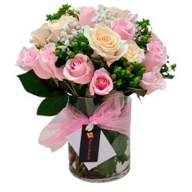 Florero de 24 Rosas Rosadas y blancas más Hipericos verdes