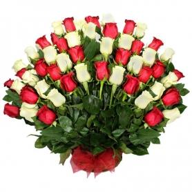 Abanico en Canastillo Grande de condolencias 50 Rosas Rojas y Blancas