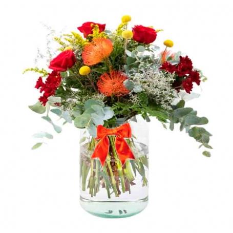 Florero con 5 Rosas Rojas flores Rùsticas Eucalipto y flores mix