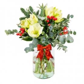 Florero con flores Rústicas con 5 varas de Liliums blancos más hipéricos y Eucaliptos
