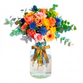 Florero Rústico con Flores Naranjas y amarillas Eucalipto 6 rosas naranjas Gerberas Limonios y Flores Silvestres