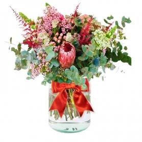 Florero con Proteas Pink Ice, hipérico limonios flores rusticas y Eucalipto