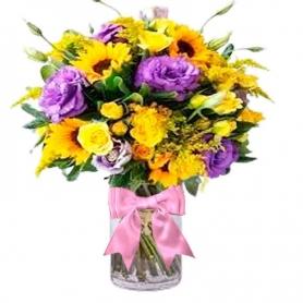 Florero con 10 Lisianthus Morados 5 Girasoles Solidagos más Flores mix