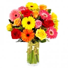 Florero multicolor con 10 Gerberas más 10 Rosas y Solidagos