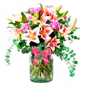 Florero con 10 Rosas Rosadas y 10 varas de Liliums más Eucalipto