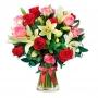 Florero con 12 Rosas Rosadas y Rojas y 10 varas de Liliums Blancos