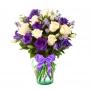 Florero con 10 Varas Lisianthus Morados y 12 Rosas Blancas más flores mix